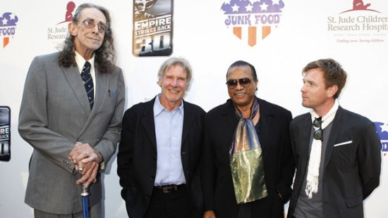 Foto de CBNEWS http://www.cbc.ca/news/world/story/2013/06/09/peter-mayhew-chewbacca-lighstaber-flight.html