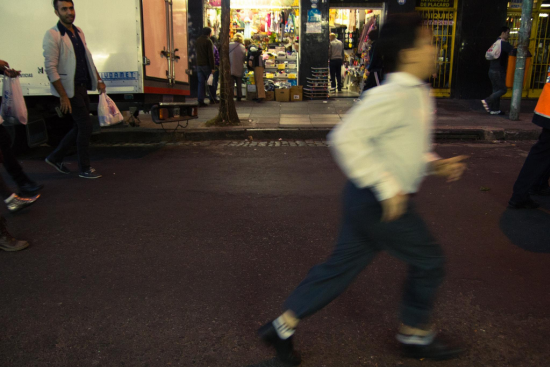 niño corriendo en barrio chino